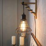 Hängande burlampa från ett plug-in-ljus och en träfäste